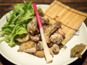和食と豚みそ丼ちんばたのタマシャモ炭火焼き