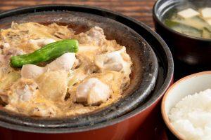 和食と豚みそ丼ちんばたのタマシャモの卵とじ膳 ランチメニュー